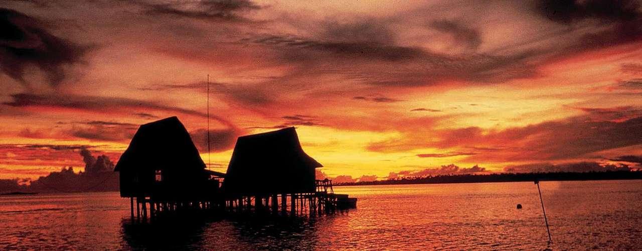 22. Taiti - Formada por cinco arquipélagos e um total de 118 ilhas e ilhotas, a Polinésia Francesa é sinônimo de praias fantásticas com águas translúcidas de temperaturas agradáveis, protegidas por barreiras de coral. Taiti, a maior dessas ilhas, é também o principal destino para turistas do mundo inteiro, especialmente europeus