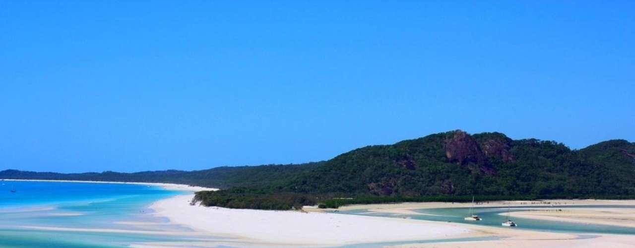 25. Ilhas Whitesunday, Austrália - O arquipélago das Whitesunday é composto por 74 ilhas e ilhotas no coração da Grande Barreira de Coral, maior estrutura do mundo formada por organismos vivos. Praias desertas e perfeitas, lugares intocados para mergulhar em meio a peixes coloridos e muita natureza é o que espera os turistas que se aventuram nas ilhas