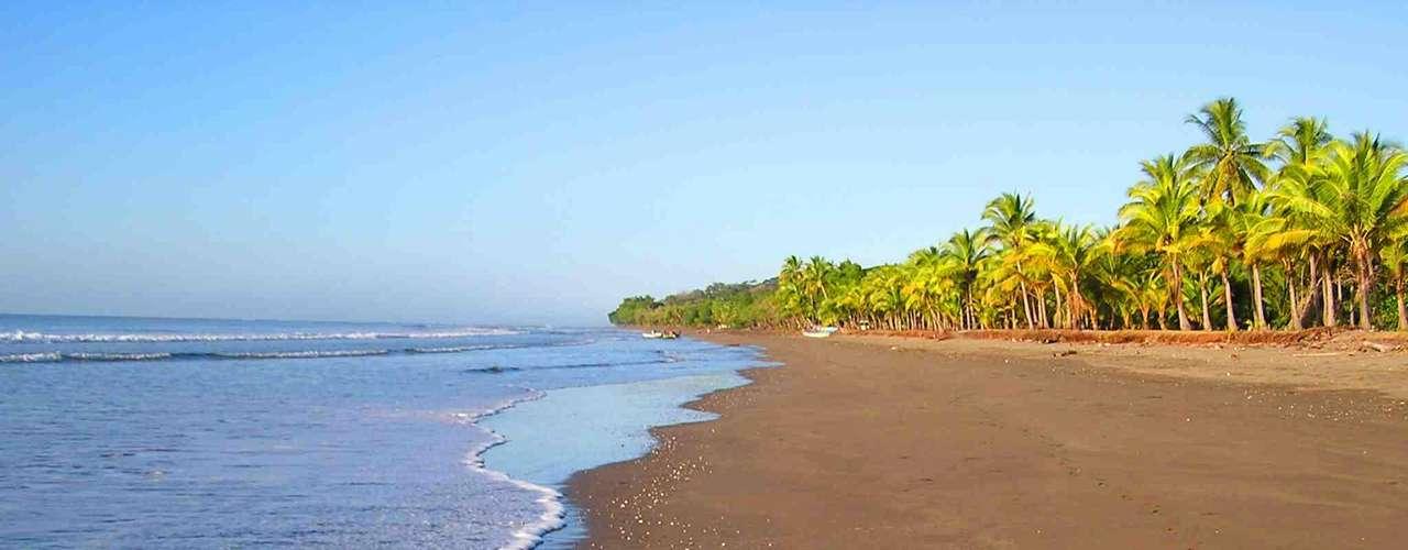 26. Costa Rica - Pequeno país da América central, com o Pacífico de um lado e o Caribe do outro, a Costa Rica tem belas praias, muitos quilômetros quadrados de florestas tropicais e uma das maiores biodiversidades do planeta. A 530 km do litoral do lado Pacífico, a Ilha do Coco, usada para as filmagens de Jurassic Park, é um dos melhores destinos para a prática do mergulho