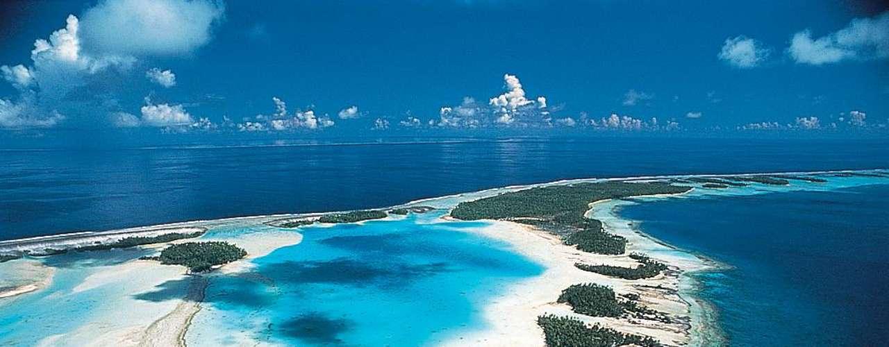 2. Rangiroa,Polinesia - O atol de Rangiroa, um dos maiores do planeta, forma uma imensa lagoa protegida no noroeste da Polinésia Francesa. Destino dos sonhos de qualquer turista, Rangiroa tem mais de 240 ilhotes paradisíacos, perfeitos para relaxar sob o sol e mergulhar em águas puras e cristalinas