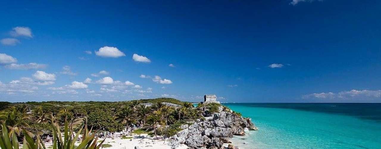 9. Tulum, México - Natureza, sol e história se encontram no litoral de Tulum, na Península de Yucatán, no sudeste do México. Além de belas praias banhadas pelas águas do Caribe, Tulum apresenta também as únicas ruinas maias encontradas frente ao mar