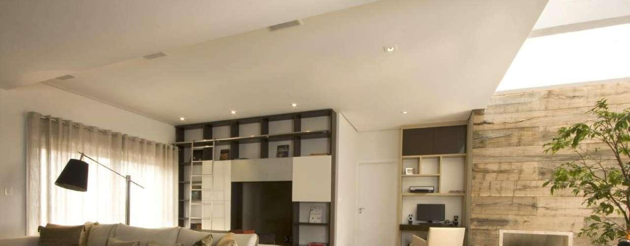 O pé-direito permite uma maior iluminação, inclusive no ambiente que tem o teto com altura normal