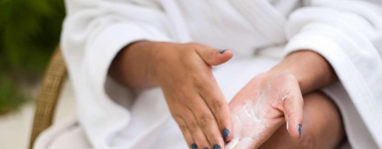 Errado: a pele não precisa de nenhuma preparação inicial para receber a cera fria. Nem a esfoliação é indicada, já que o método também retira as células mortas da cútis