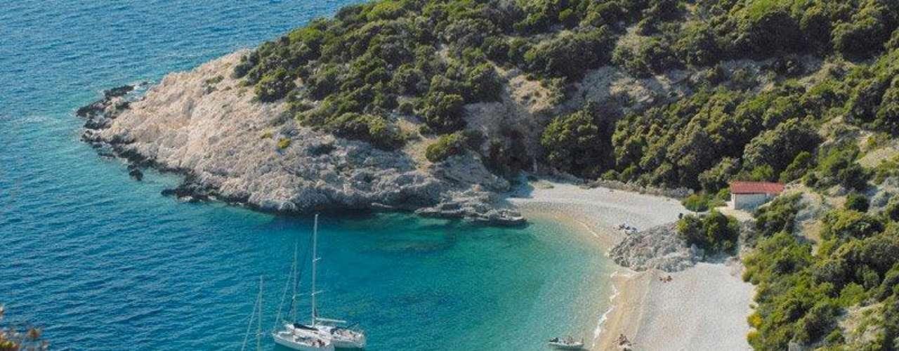 Ilha de Krk, Croácia. A Croácia é um dos melhores destinos do verão europeu, com belas praias, ilhas, e muito sol. Conectada com o continente por uma ponte, a ilha de Krk é a maior do litoral croata, com mais de 400 km² de florestas, cachoeiras, vilarejos, monumentos e, claro, muitas praias para todos os gostos. Ao sul da cidade de Punat, a praia de Stara Baska é uma das mais bonitas de Krk