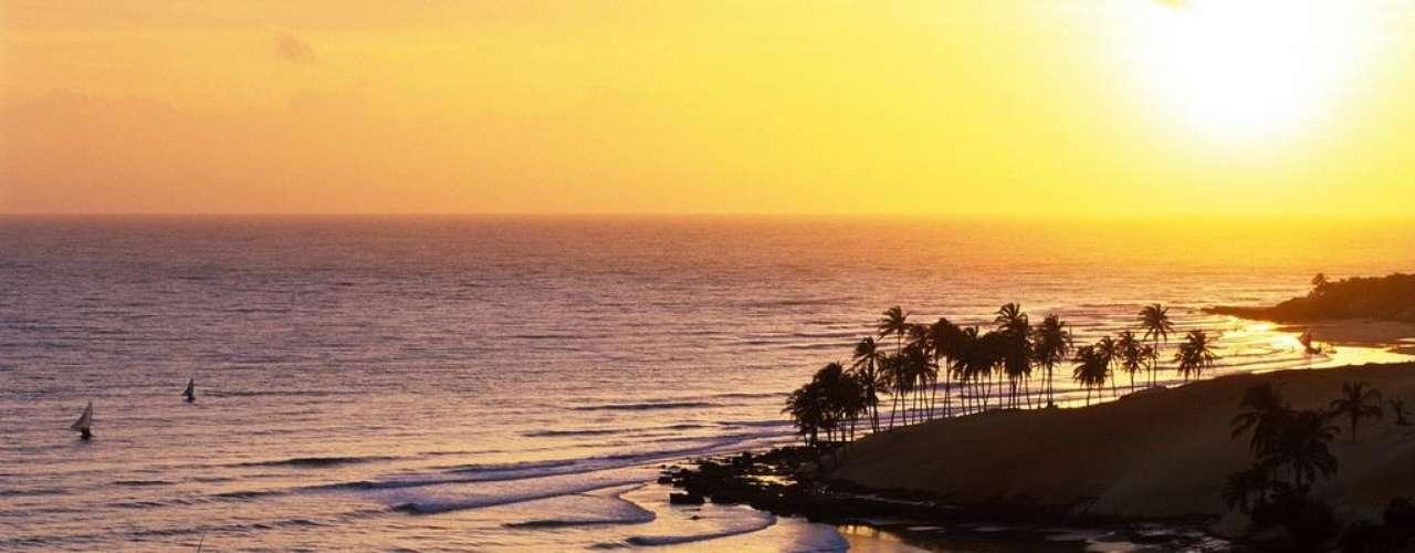 Lagoinha, Brasil. Situada a 124 km de Fortaleza, a praia de Lagoinha tem 15 km de uma larga faixa de areia com coqueiros e águas calmas. Lagoinha tem uma boa oferta de hotéis e pousadas frente ao mar, e faz parte das praias mais bonitas do litoral brasileiro, abençoada pelo sol do nordeste