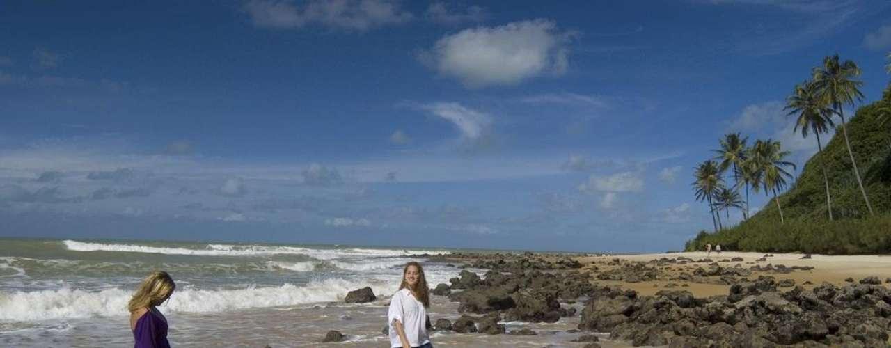 Praia de Pipa, Brasil. Situada a 85 km de Natal, no Rio Grande do Norte, a Praia de Pipa tem algumas das mais belas paisagens do estado, com locais como Praia do Madeiro e a Praia do Amor. Falésias e dunas cercadas de vegetação, com areias brancas protegidas frente às águas calmas do mar, criam um belo panorama, ideal para relaxar ao sol