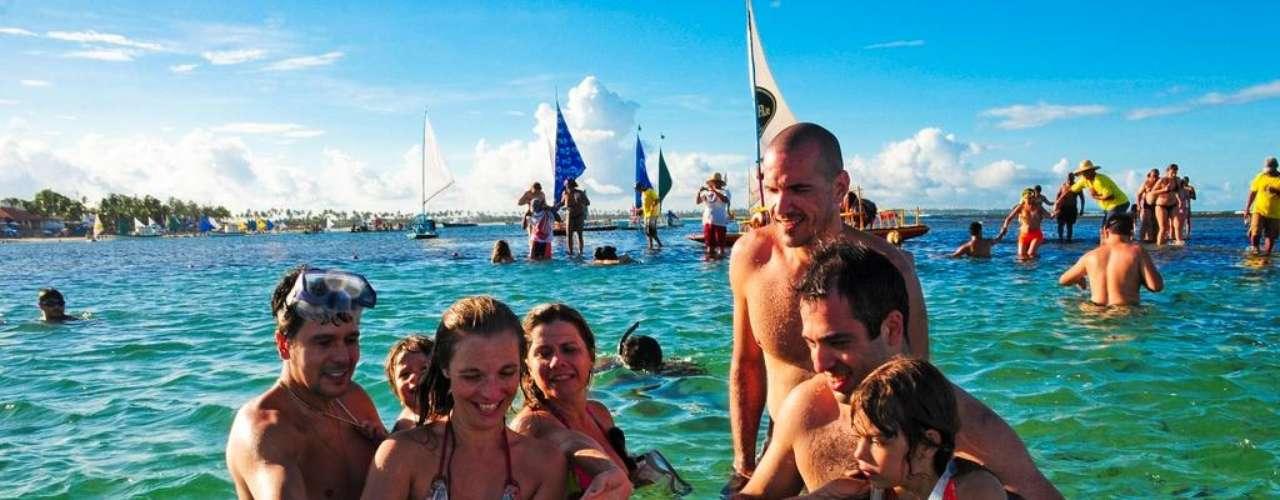 Porto de Galinhas, Brasil. Porto de Galinhas, no litoral pernambucano, é um dos destinos prediletos para os turistas brasileiros na hora de escolher um lugar para curtir o sol e uma das praias mais bonitas do Brasil. A beleza das areias e piscinas naturais, com muitas opções entre diversas pousadas e resorts, faz de Porto de Galinhas um destino irresistível