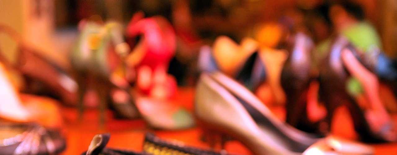 Flávia Alessandra também não dispensa as sapatilhas, e fez questão de incluir sapatos sem salto na coleção. \