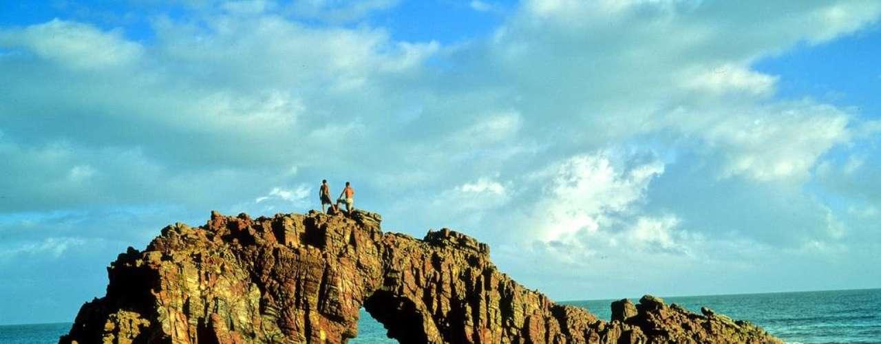 Jericoacoara, Brasil. A 300 km de Fortaleza, a praia de Jericoacoara é uma das mais bonitas do litoral brasileiro. Antigo vilarejo de pescadores, Jericoacoara tem hotéis e pousadas para receber os turistas nacionais e estrangeiros que visitam a praia cearense para relaxar e praticar esportes náuticos como kitesurf e windsurf. As dunas de Jericoacoara criam um cartão postal único e são um ponto perfeito para apreciar o pôr-do-sol frente ao mar de águas cristalinas