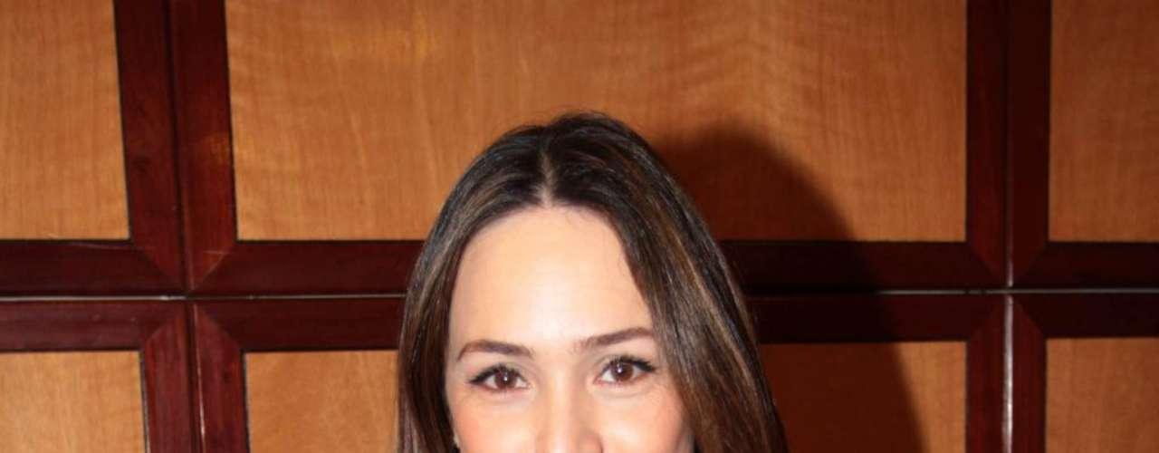 Gabriela Duarte aplica máscara caseira de argila no rosto uma vez por semana
