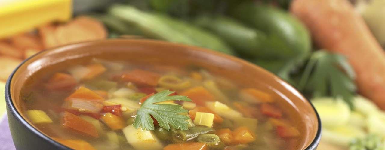 Sopa de vegetais - Uma sopa de legumes quentinha pode encher você quando está com pressa e ainda manter sua fome longe com poucas calorias. Tente tomar uma xícara desse tipo de caldo antes da próxima refeição ou substituir o jantar por uma grande tigela de sopa