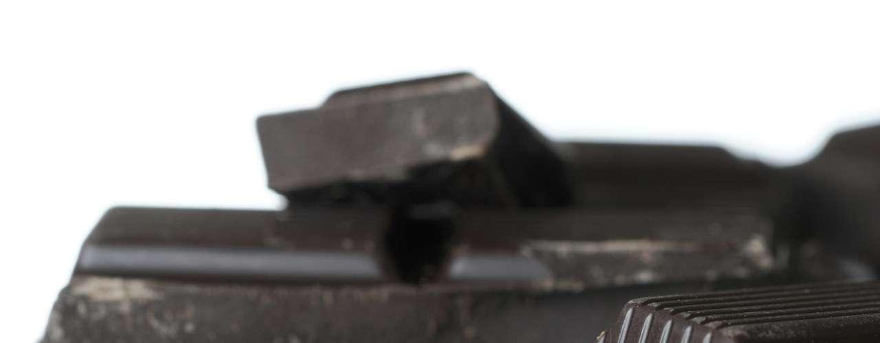 Chocolate amargo - Quem não dispensa uma sobremesa a solução pode estar no chocolate meio amargo. Experimente saborear um ou dois pedaços de chocolate com pelo menos 70% de cacau bem devagar. Ele ajuda a reduzir seu desejo por açúcar e ainda envia sinais de saciedade para o corpo. O ácido esteárico do chocolate meio amargo ainda ajuda a desacelerar a digestão. Se achar que ele é amargo demais para seu paladar tente ingerir o doce junto com uma xícara de café preto
