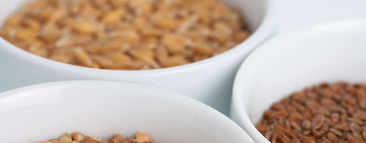 Sementes de linhaça - Com um mix nutricional de fibras solúveis e ácidos essenciais, as sementes de linhaça são o complemento perfeito para o seu iogurte, sua vitamina ou salada. Outras sementes integrais também tem efeito parecido na função de mantê-la saciada