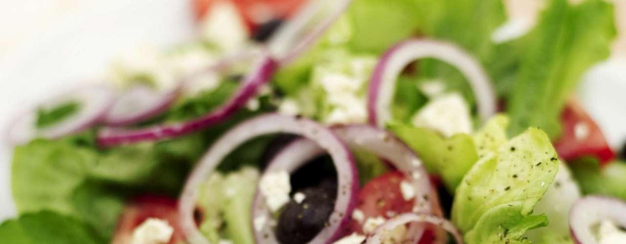 Salada - Se você quer manter sua fome sob controle coma uma pequena salada antes de encarar as refeições. Você só precisa de uma xícara ou duas de vegetais para que seu cérebro entenda que você já esta ingerindo nutrientes e calorias. Seu estômago demora aproximadamente 20 minutos para enviar o sinal de saciedade, então comece a refeição pela salada, assim você vai consumir menos calorias para matar sua fome