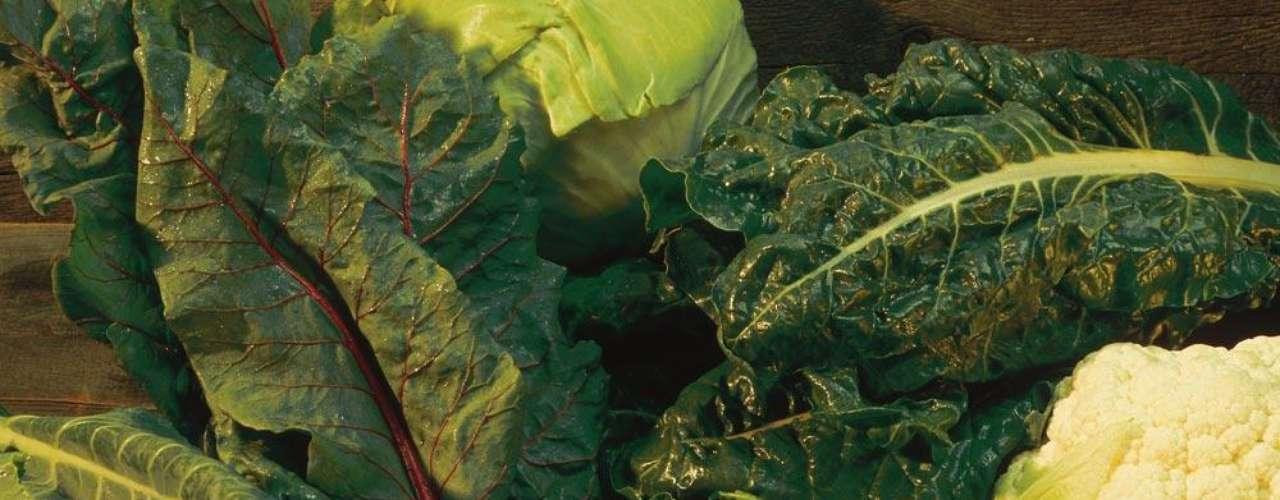Folhas verdes - Se você procura um alimento nutritivo que vai saciá-la por horas escolha vegetais de folhas verdes. Couve, espinafre, acelga, esses alimentos fibrosos podem ser ingeridos crus ou refogados com pouco azeite e vão manter sua fome sob controle