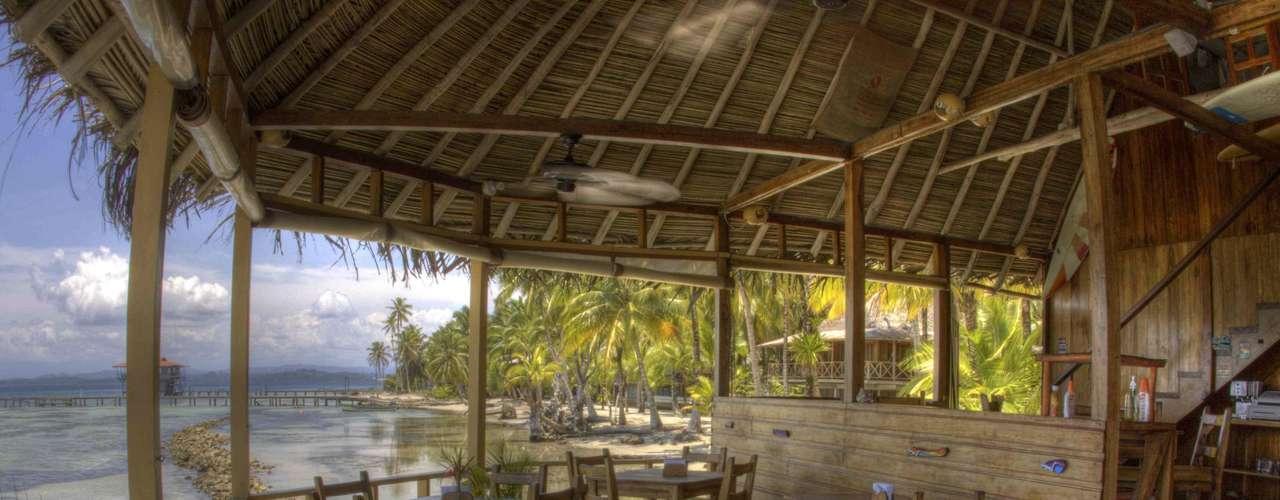 Bocas del Toro, Panamá: a cerca de uma hora de vôo de Panama City, o Bocas del Toro é um arquipélago com ilhas e ilhotas preservadas e muitos pontos para praticar esportes náuticos como surfe e mergulho, ou simplesmente relaxar na praia. No restaurante Bibi's on the Beach você e sua família poderão curtir ao máximo a beleza da natureza do Caribe, com bom atendimento, drinques e deliciosos frutos do mar, além de uma aula de surfe