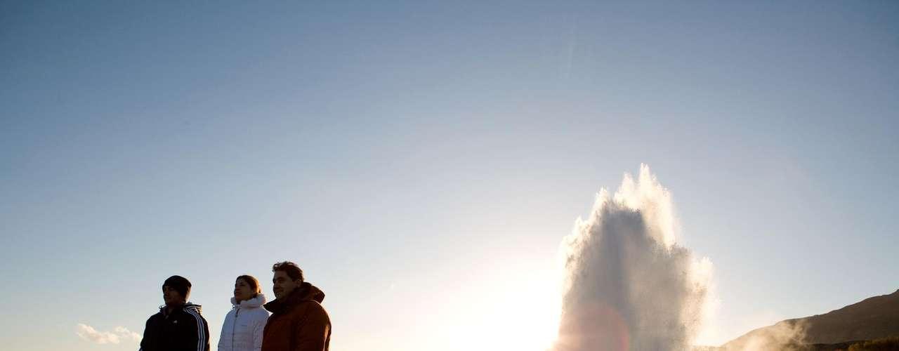 Islândia: a Islândia é uma ilha afastada, a quase 1000 km da Europa continental, e na linha do Círculo Polar Ártico. Paisagens imponentes e variadas se espalham por uma área de 100 000 km². Vales, fiordes, falésias, praias de areia negra, cachoeiras, geleiras, gêiseres e vulcões são apenas algumas das atrações desta nação insular. A duas horas de vôo de Londres, a capital Reykjavik é a porta de entrada para as belezas naturais deste país selvagem que encanta os aventureiros, sem importar a idade