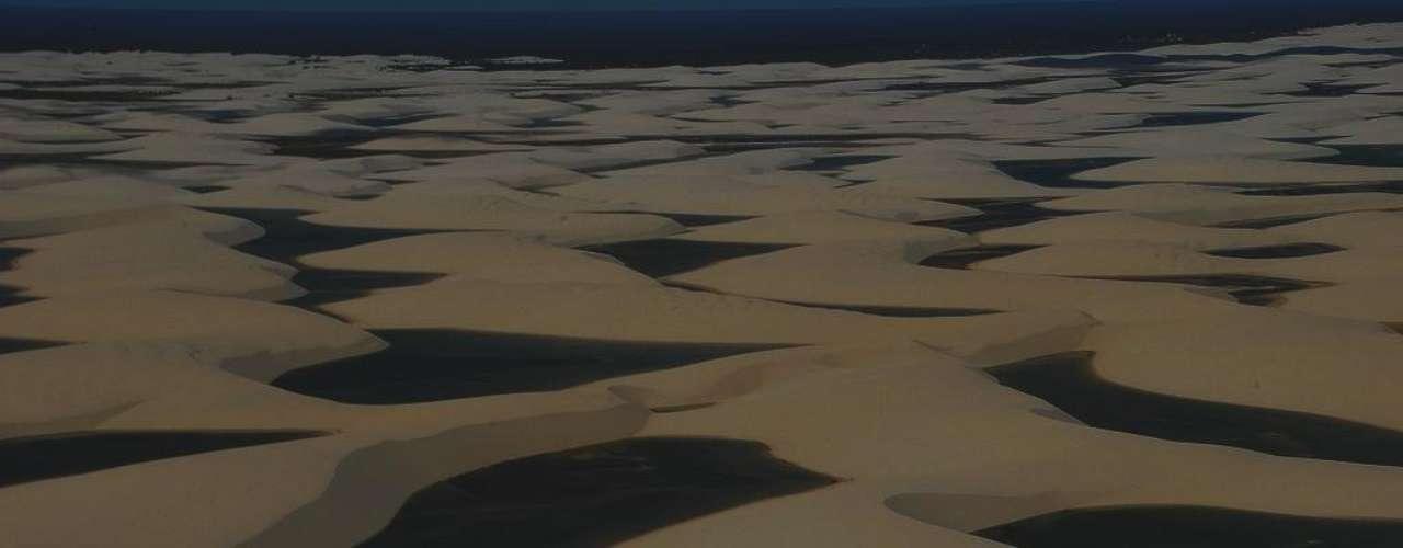 Lençóis Maranhenses, Brasil: uma das maiores maravilhas naturais do Brasil encontra-se a cerca de 250 km de São Luis, capital do Maranhão. O Parque Nacional dos Lençóis Maranhenses tem 270 km² de dunas com lagoas de água doce que se acumula com as chuvas, criando paisagens inesquecíveis para pais e filhos