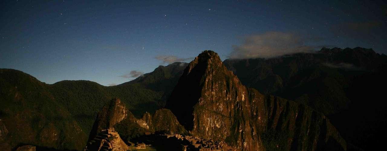 Machu Picchu, Peru: Machu Picchu é garantia de uma lembrança inesquecível para toda a família. Para chegar à antiga cidadela Inca, situada na cordilheira dos Andes, é preciso voar de Lima, capital do Peru, até a cidade de Cusco, antiga capital do império, situada a cerca de 3 400 metros de altitude. De lá, trens levam os turistas até a cidade de Aguascalientes, de onde pegam um ônibus até a entrada do santuário arqueológico. Ao chegar, o espetáculo das ruínas em meio à natureza é de tirar o fôlego