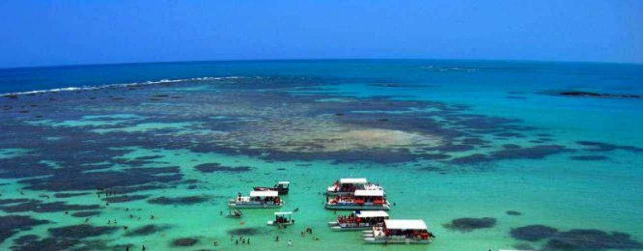 Salinas do Maragogi, Brasil: o litoral alagoano tem trechos paradisíacos que se encontram entre os mais belos do Brasil. O resort Salinas do Maragogi tem refeições e bebidas incluídas, e encontra-se frente a uma linda praia de areia branca, a uma curta distância de incríveis piscinas naturais
