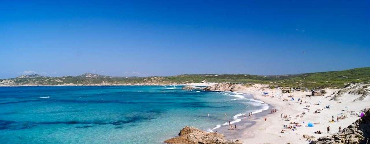 Sardenha, Itália: bela ilha do Mediterrâneo, a Sardenha tem muita vegetação, montanhas e praias. Percorrer a ilha, saindo de sua capital, Cagliari, no sul, é uma viagem bem bacana para se fazer de carro, parando para curtir pequenas praias desertas, desfiladeiros e diferentes belezas naturais