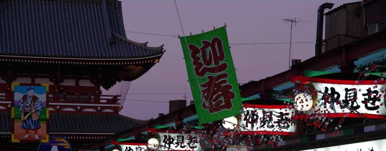 """Tóquio, Japão: se você realmente quer impressionar seus filhos, uma viagem ao Japão, com certeza, não os deixará indiferentes. Luzes, barulho, arranha-céus imponentes, e um movimento constante de muitas pessoas, surpreendem os visitantes, que podem passar horas percorrendo parques e bairros moderninhos, com diferentes tribos urbanas. Se as crianças quiserem um pouco de diversão """"tradicional"""", uma escapadinha a Disneyland Tóquio não cairá mal"""