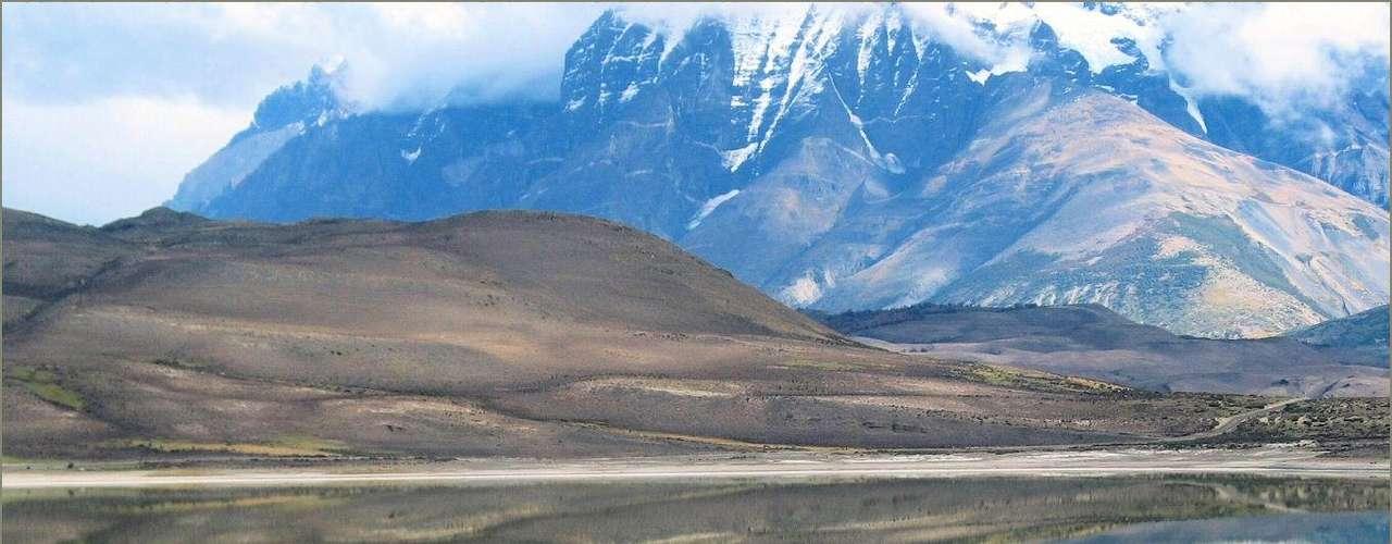 Parque Nacional Torres del Paine, Chile: situado entre a cordilheira dos Andes e a Patagônia chilena, o Parque Nacional de Torres del Paine tem lindas paisagens, caracterizadas por montanhas nevadas, geleiras, lagos azuis, a ser percorridas em trilhas e passeios de barco. Menos conhecido que o glaciar Perito Moreno, situado na Argentina, o Glaciar Grey faz parte do Parque Nacional de Torres del Paine e tem uma coloração azulada que se estende por cerca de 200 km²