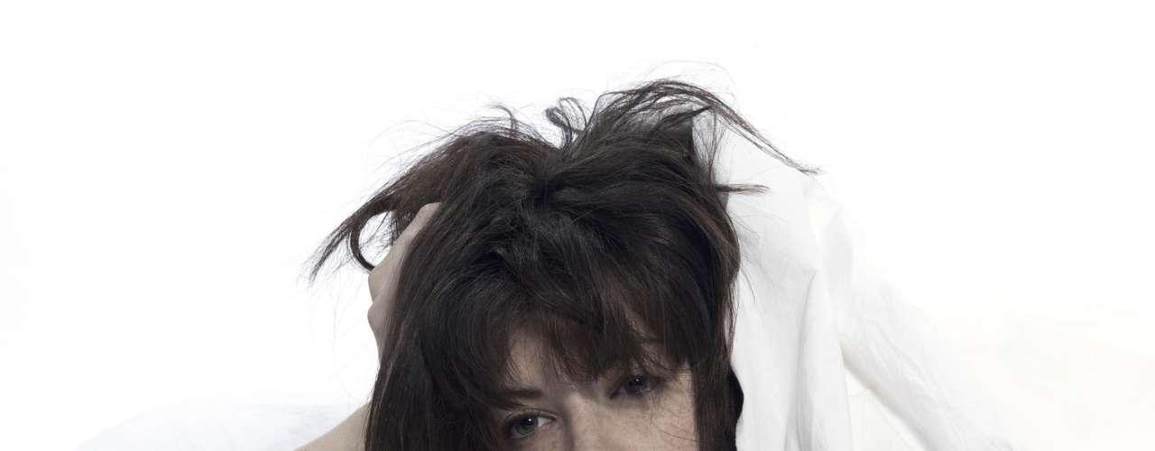 O desejo sexual está em baixa? Pois saiba que problemas como má qualidade do sono, ronco, depressão e ganho de peso podem ser os culpados. Confira 15 itens, listados pela revista norte-americana Shape, que têm o poder de diminuir a libido. Dormir pouco: além de afetar a aparência, o humor e a saúde, dormir pouco também atrapalha o desejo sexual.  Segundo Robert D. Oexman, diretor do Instituto Dormir para Viver, nos Estados Unidos, a privação crônica do sono, que pode ocorrer até mesmo com quem dorme 6 horas por noite (a maioria dos adultos precisa de, no mínimo, 7 horas de sono), acaba diminuindo os níveis da testosterona, o hormônio sexual em homens e mulheres