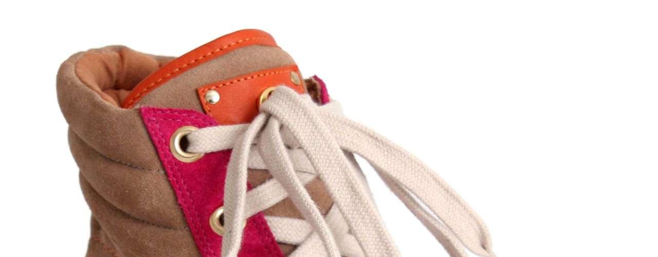 Este é o primeiro modelo desenvolvido pela grife Carmen Steffens, feito de nobuck e couro, na cor bege com detalhes em rosa e laranja. Pode ser encontrado nas lojas a partir do dia 10 de julho por R$ 499,90