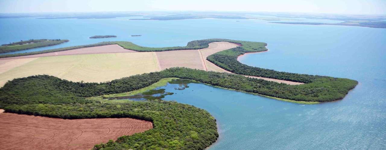 Lago Itaipu, Brasil Paraguai: situada no rio Paraná, na fronteira entre o Brasil e o Paraguai, a Usina Hidroelétrica de Itaipu foi construída entre 1975 e 1982 e gera cerca de 19% da energia elétrica consumida pelo Brasil. O Lago de Itaipu, formado artificialmente em 1982, no final das obras, tem uma área de 1350 km², com 66 pequenas ilhas. O lago está dividido entre os dois países e atrai turistas que frequentam suas praias de água doce ao sol