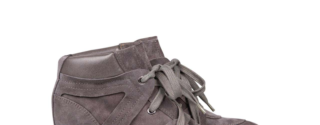 O sneaker de nobuck tem um leve detalhe metalizado na parte de couro. Da Arezzo. Preço sugerido: R$ 259,90