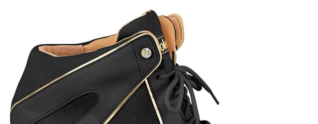 A Moleca também lançou um modelo todo preto, com detalhes discretos em dourado. R$ 139,90. Informações: (51) 3584 2200