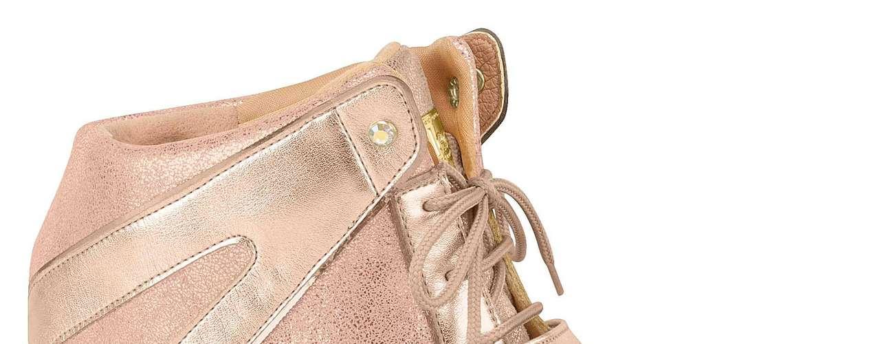 A Moleca apresenta sneaker cor-de-rosa com detalhes em brilho. Preço sugerido: R$ 139,90. (51) 3584-2200