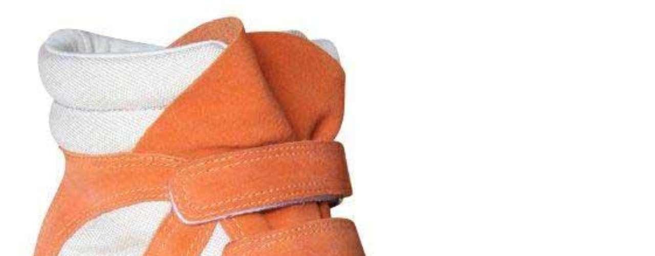 O modelo em linho natural e camurça, bege e cenoura, é da Hetane. Preço sugerido: R$ 299. Informações: (51) 3549-9000