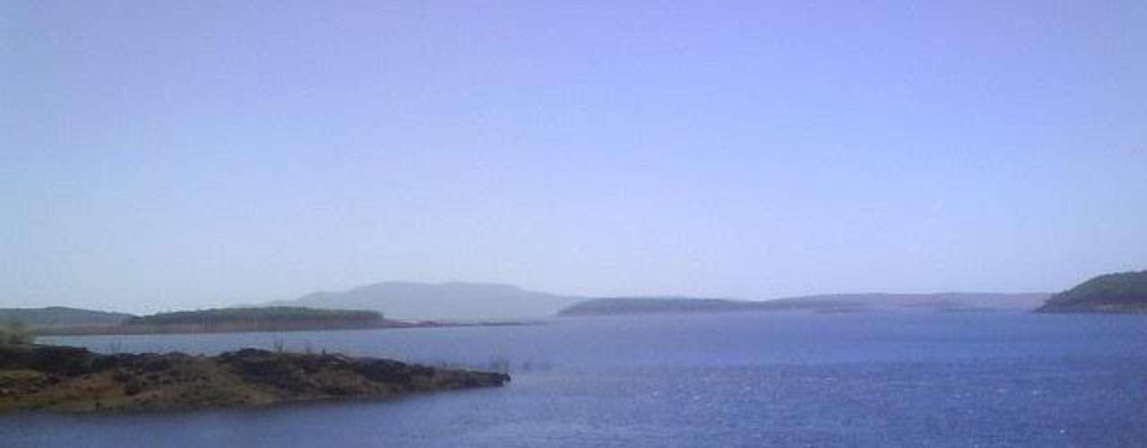 Lago Guri, Venezuela: inaugurado em 1978, no sul da Venezuela, após quinze anos de trabalhos, o Lago Guri é o maior do país e serve como reservatório para a Central Hidroelétrica Simón Bolívar. A represa tem uma superfície de 4200 km² e tem uma série de ilhas formadas por picos que ultrapassam a elevação da água