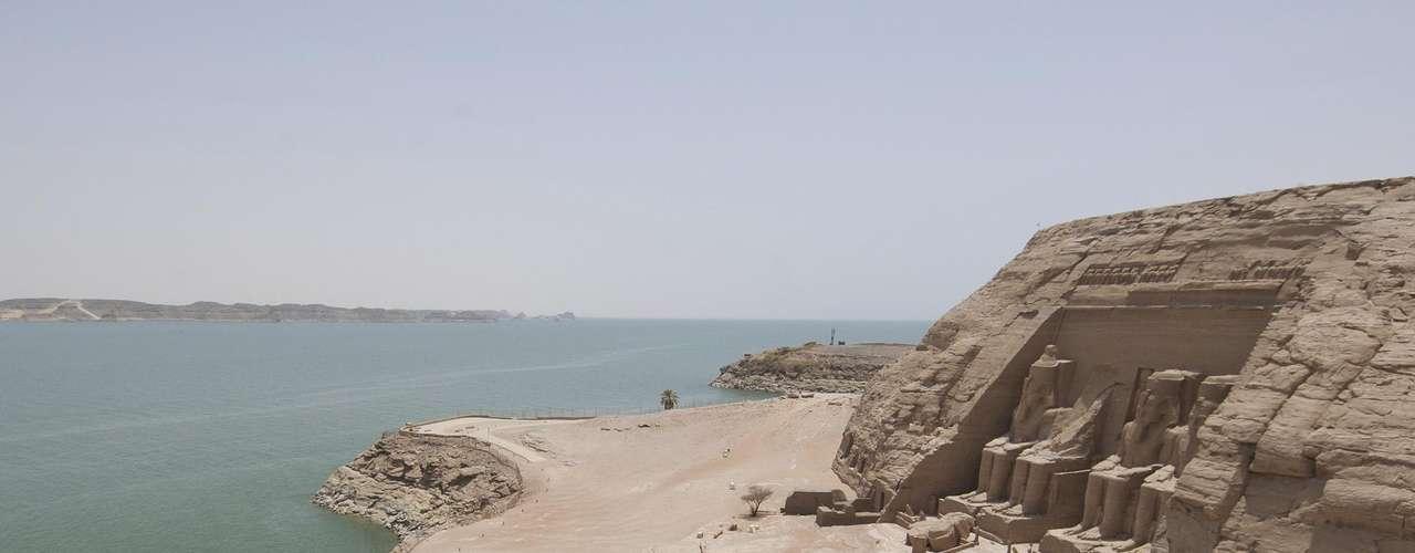 Lago Nasser, Egito: com mais de 550 km por 35 km, numa extensão de 5250 km², o Lago Nasser foi criado com uma barragem no rio Nilo, no sul do Egito, em 1971, e é um dos maiores lagos artificiais do planeta. A região que foi inundada para a criação da represa tinha numerosos sítios arqueológicos, como o templo de Abu Simbel, que foram desmontados pedra por pedra e transportados fora do alcance das águas