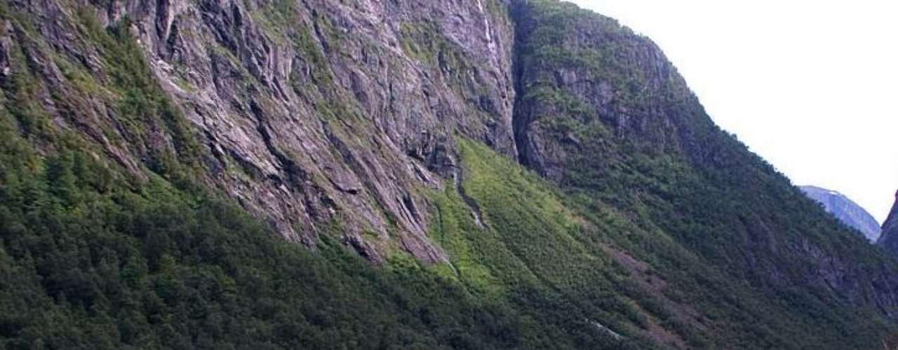 Lago Lygnstoylsvatnet, Noruega: em 1908, um grande deslizamento de terra no oeste da Noruega juntou o rio Lygna com o vale de Norangsdal, criando um lago cristalino em meio às montanhas. O deslizamento também carregou restos de uma cidade e, hoje, o fundo deste lago de origem surpreendente tem casas, pontes e árvores, visíveis em meio às águas límpidas