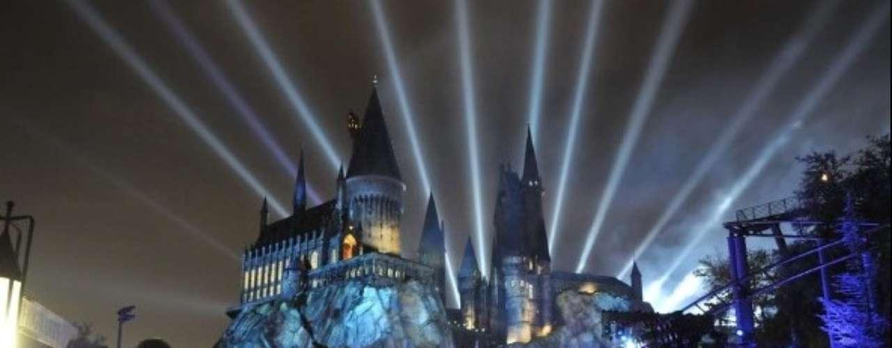 Universal Studios, Orlando, Estados Unidos: o parque conta com um dos mais incríveis complexos temáticos: o Fantástico mundo de Harry Potter. É dividido em lugares com os mesmos nomes da fantasia., como o castelo de Hogwarts e o vilarejo de Hogsmedal. Os brinquedos fazem menção à histórias e aos desafios vividos pelos personagens. Dragões, palavras mágicas e seres fantásticos estão por todos os lados