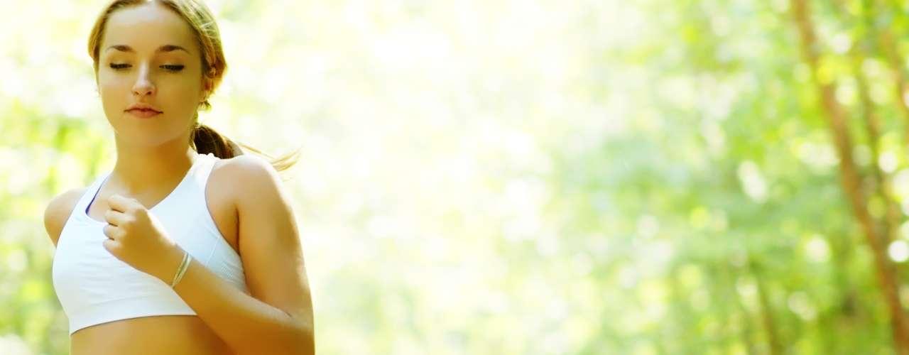 O exercício físico pode ajudar a manter os seios maiores, pois melhora a irrigação sanguínea e fortalece os peitorais. Porém, atividades de impacto, como a corrida, podem acelerar a queda dos seios devido ao desgaste dos ligamentos de suporte. O uso de top ou sutiã pode reduzir o movimento dos seios durante os exercícios em até 74%