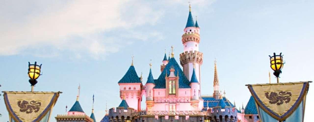 Disneyland Paris, França: localizado no subúrbio da capital francesa, a Disneyland Paris recebe cerca de 15 milhões de pessoas por ano, sendo a atração mais visitada da Europa. O complexo é composto por dois parques temáticos e um centro de entretenimento e compras. Além disso, conta com sete opções de hospedagem