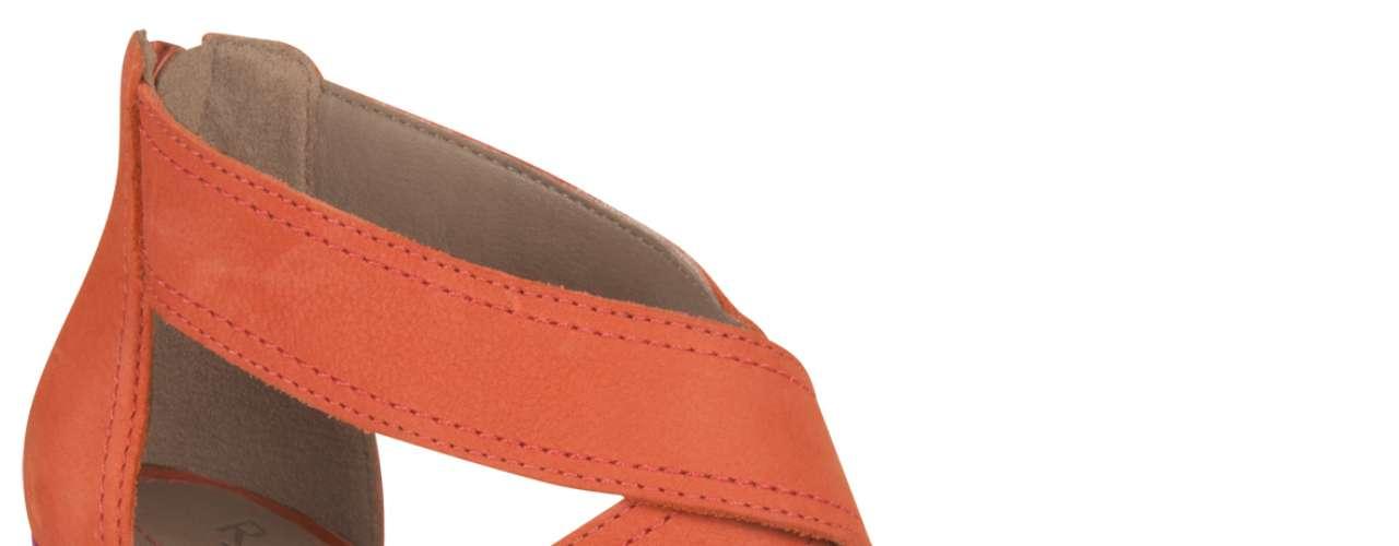 O salto anabela é um dos mais comuns, ao lado das opções meia pata, porém geralmente aparece com uma textura diferenciada, como corda, palha ou brilho. Sandália anabela da Ramarim