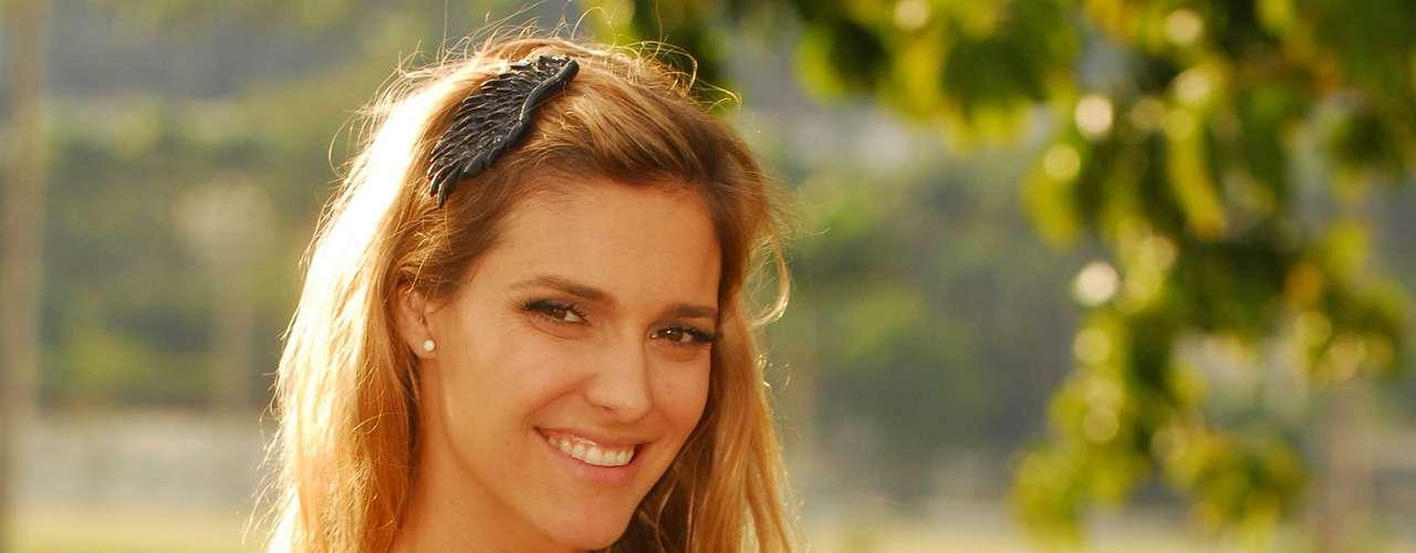 Fernanda Lima carrega na bolsa, curvex, rímel e protetor solar com FPS 15
