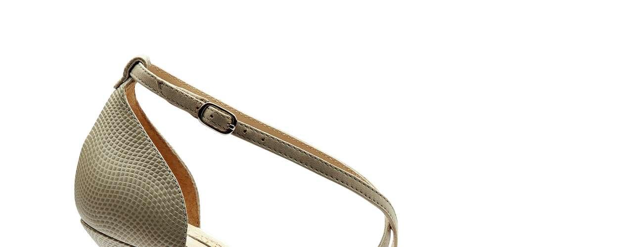 A estação abre espaço para diversos tipos de acabamento: transparência, vinil, acrílico colorido, brilho, fibra... Eles aparecem sozinhos ou em grupo em sapatos nada discretos. Sapato da Arezzo