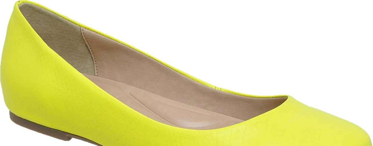 A Feira Internacional da Moda em Calçados e Acessórios (Francal), que será realizada até esta sexta-feira (29), em São Paulo, é onde acontece o lançamento das coleções de primavera-verão das principais marcas de sapatos do país. As texturas e detalhes diferenciados estão em alta, mas a variedade de modelos, cores, estampas e saltos é a principal marca das linhas de calçados. O clima quente geralmente abre espaço para abusar das cores. Na coleção primavera-verão, no entanto, isso aparece de forma mais extravagante, com cores vibrantes como amarelo, rosa, laranja e azul neon. Sapatilha amarela da Flor da Pele