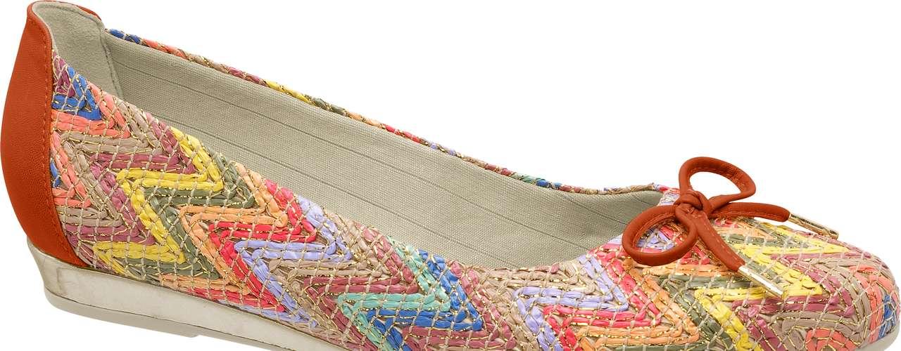 A inspiração étnica, as estampas geométricas e os detalhes com brilhos, apliques e franjas também aparecem com força. Diversas marcas ainda trazem uma forte mistura de texturas, mostrando que a diversidade é a principal marca dos calçados da próxima estação. Sapatilha colorida da Piccadilly