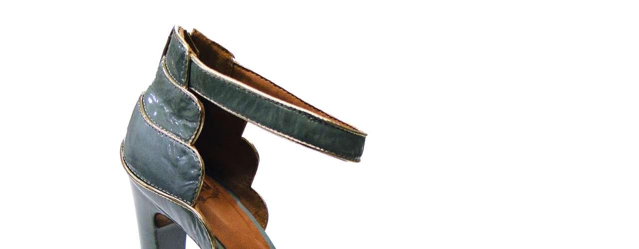 As sandálias e chinelos, queridinhos no verão, surgem com tiras, especialmente na área do tornozelo. Aqui valem as opções lisas, de outra cor ou com bordados e pingentes. Sandália da UZA