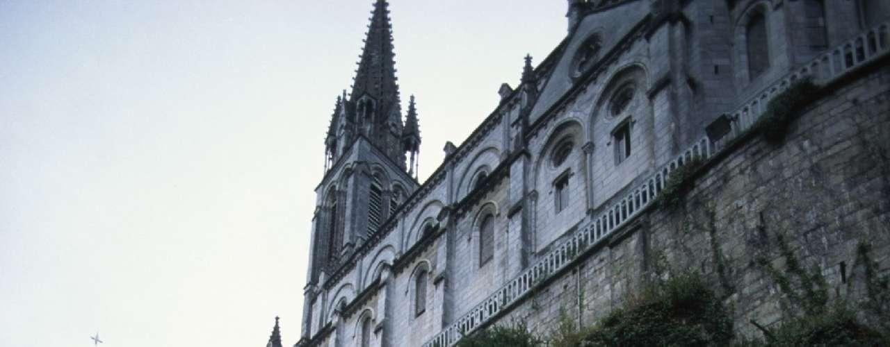 Santuário de Lourdes, Lourdes, França - Em 1858, uma garota de 14 anos chamada Bernadette Soubirous teve visões da Virgem Maria na Gruta de Massabielle. Em seguida, outros milagres foram atribuídos às águas termais da gruta. Mais tarde a área foi transformada em um santuário católico com duas basílicas, três museus e nove capelas, e hoje é um importante ponto de congregação religiosa