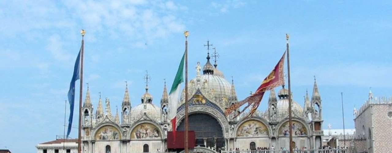 Basílica de São Marcos, Veneza, Itália - Obra-prima com cinco cúpulas e impressionantes mosaicos e paredes, arcas, colunas e solos com muitos detalhes dourados, a Basílica de São Marcos é um bom exemplo de arte bizantina. A beleza da basílica faz dela o monumento mais visitado de Veneza, uma das cidades com mais turistas da Europa