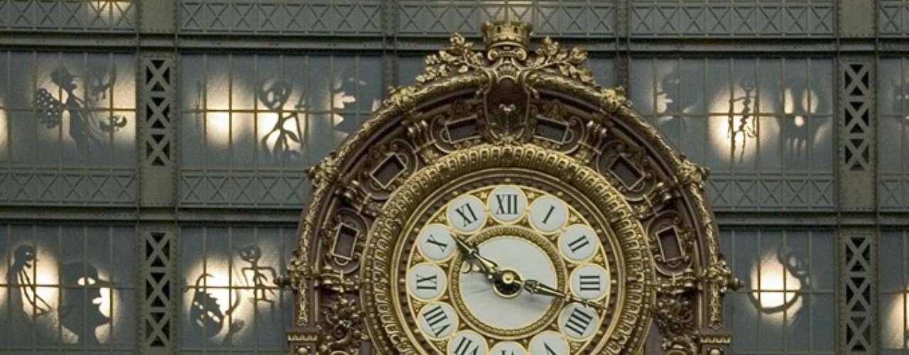 Museu d'Orsay, Paris, França - Situado na margem esquerda do rio Sena, o Museu d'Orsay abriu em 1986 e tem uma das maiores coleções de arte impressionista do mundo. Além da riqueza de suas obras, o museu se destaca pela beleza do edifício de estilo \