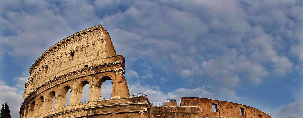 Coliseu, Roma, Itália - Quando foi terminado, no ano 80 d.C.,  o Coliseu de Roma era uma arena com capacidade para 50 mil espectadores, onde os habitantes da cidade se juntavam para ver peças de teatro, lutas mortais entre gladiadores e até combates navais. Hoje em dia, o monumento é um dos mais incríveis vestígios do império romano e atrai turistas do mundo inteiro